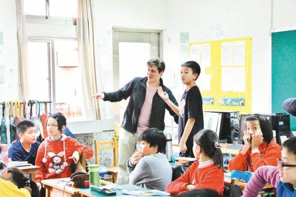 外籍英語教師與學生互動非常重要,市府已委託竹教大舉辦測驗,檢視外師英語課程,並了...