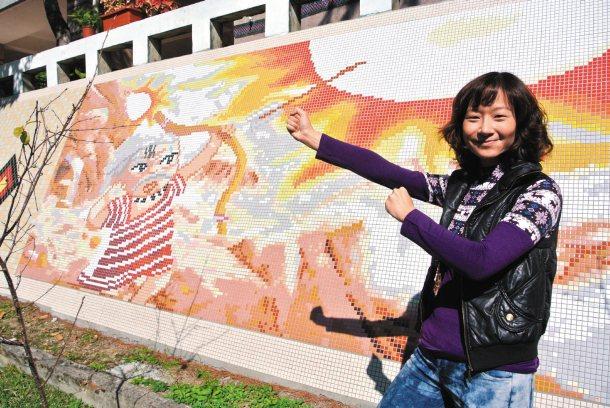 融合和平國中原住民學生特色,陳怡倩設計出泰雅族風格的馬賽克壁磚,相當吸睛。 記者...