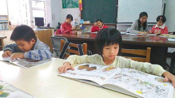 孩子們看書,若無人帶領閱讀,不能確保是否吸收書中知識。 記者吳思萍╱攝影