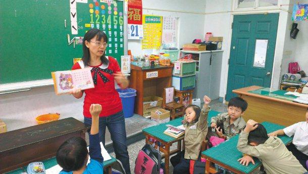 透過教師和故事媽媽帶領,小朋友開心閱讀,互動相當熱絡。 記者吳思萍╱攝影