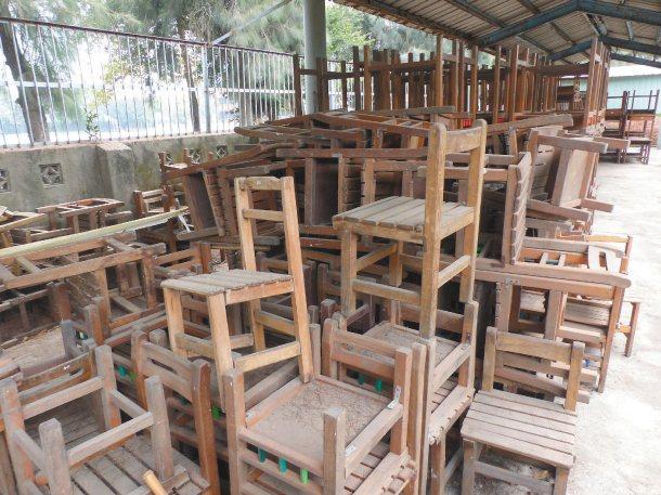 雲林設在水林國中的二手課桌椅銀行,是處閒置的車棚,課桌椅日曬雨淋,計畫移往新生國...