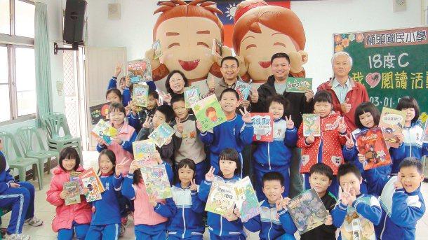 18度C基金會認同願景在地專題理念,昨天到竹山鎮桶頭國小發巧克力,並鼓勵孩子閱讀...