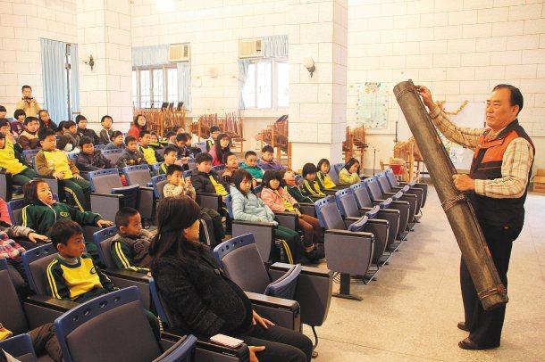竹山鎮民代表會主席曾雅倫(左前一)認同聯合報願景在地,昨天帶著故事阿公到校園講故...