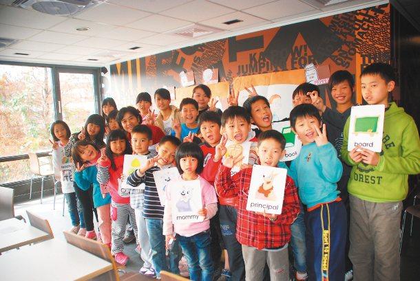 竹山鎮鯉魚國小將教室搬到餐廳,在生活化情境中,讓孩子讀英文繪本。 記者吳思萍╱攝...