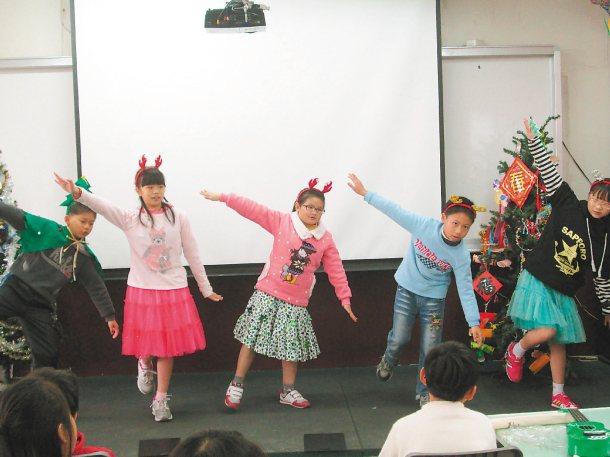 關西鎮太平國小這學期以安排學生演英語話劇,劇本對話全是英文,學生毫無畏懼地完整演...