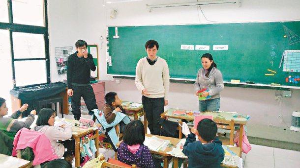 馬來西亞華僑黃思源(中)、王家輝(左),與英語老師廖書馨(右)營造英語會話環境。...