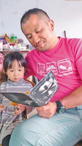 吳佳穎和小朋友共讀「賽德克巴萊」一書,讓孩子了解這一段發生在南投縣的歷史故事。 ...
