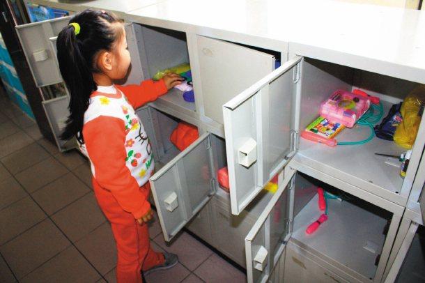 三灣國小認為書包減重應推廣學生將物品放在教室置物櫃,並進行教室「置物櫃健檢」。 ...