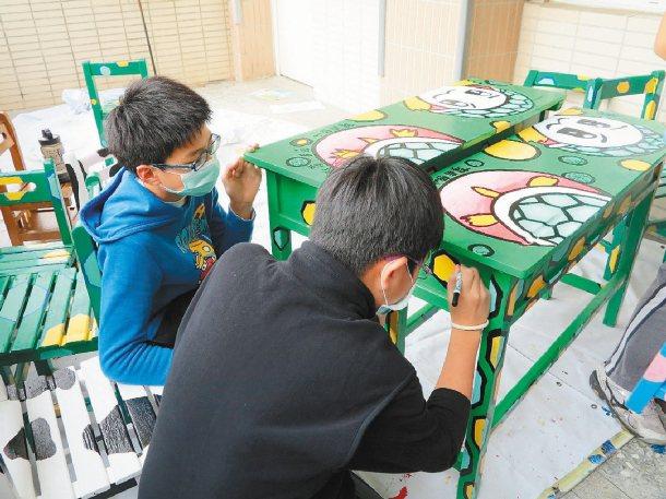鎮南國小學生將老舊課桌椅彩繪可愛動物圖案,成為五彩繽紛的玩具桌。 記者陳信利╱攝...