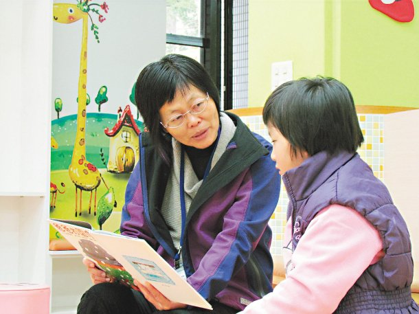 微熱山丘幫助5所國小,安排老師陪偏鄉孩子閱讀;圖為中興圖書館說故事志工黃泳淇耐心...