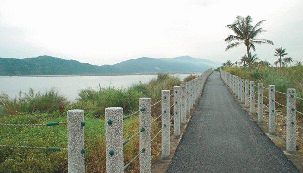 吉安鄉自行車道景致迷人,偏僻路段沒路燈,天暗時危險。 記者陳家倫/攝影
