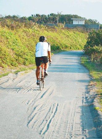 壯圍濱海自行車道大福段,車道積沙,成為危險陷阱。 記者王燕華/攝影