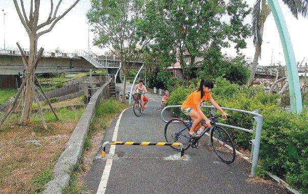 民眾騎宜蘭河自行車道,到宜興橋前以為沒路,紛紛掉頭。 記者吳淑君/攝影