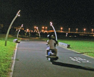不少機車無視自行車道禁入告示,經常闖入。 記者羅建旺/攝影