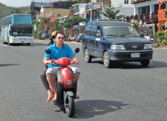 無駕照遊客和免駕照、免戴安全帽的電動自行車出租,一拍即合。 記者潘欣中/攝影