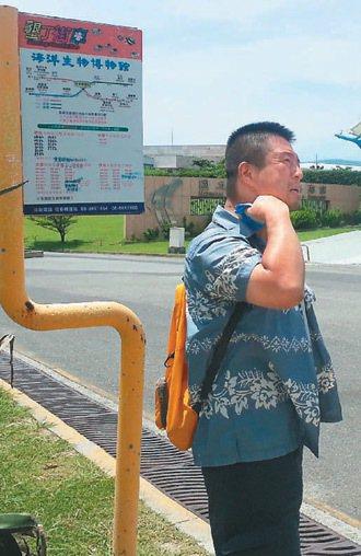 墾丁街車部分站牌沒有候車亭,遊客頂著超過30度高溫等待,揮汗如雨。 記者張進安...