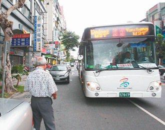 高市公車站牌常有違規停車,建國路上兩輛轎車違停,公車被迫停在快車道上,也造成後方...