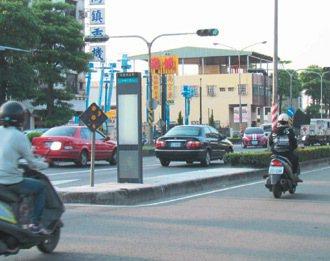 高雄市民族路往郊區,許多公車站牌設分隔島上,銀髮族及學生得穿越車陣到上面候車。 ...