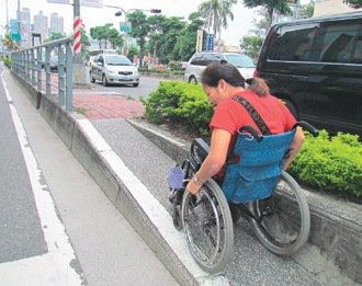 高雄市民族路上公車亭斜坡窄、坡度陡,輪椅族得使盡吃奶力氣才能上得了公車亭。 記者...