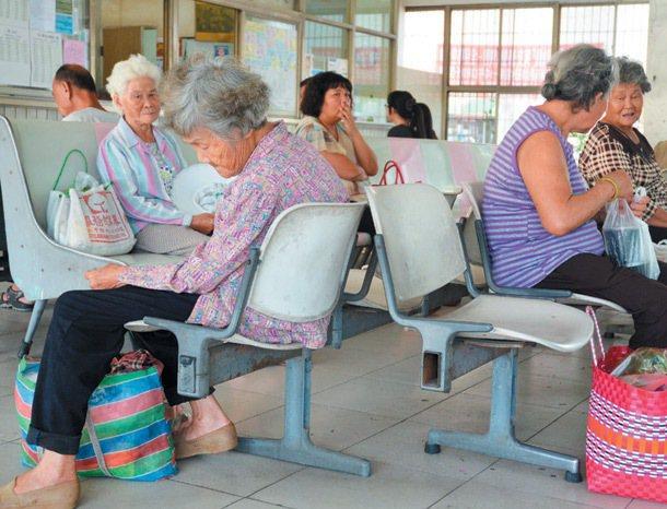 新化轉運站坐滿等車的老人,因班次少,有人等得打瞌睡。 記者吳淑玲/攝影