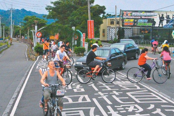 「東豐綠廊」、「后豐鐵馬道」交界處沒有交通號誌,假日車多,汽車和單車要彼此禮讓。...
