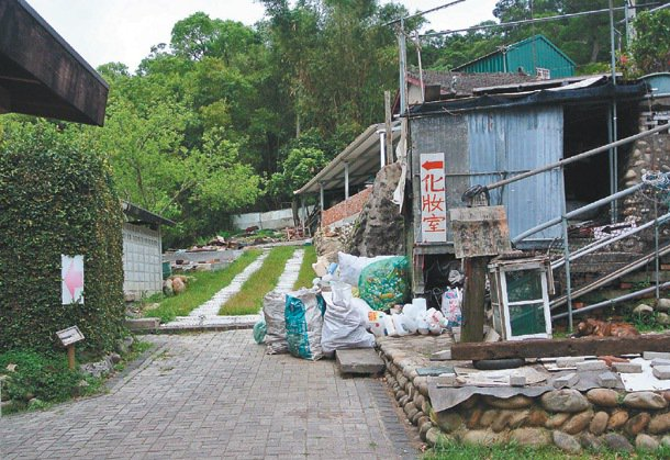 后豐鐵馬道唯一位於夫妻樹景點的公廁(箭頭處),外圍堆滿資源回收物,臭味四溢,一旁...