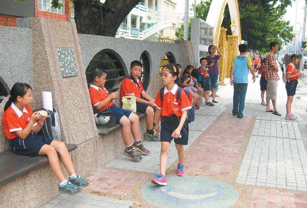 竹南國小在中正路校門旁,興建寬敞通學步道,學生安心在步道座椅等家長接送。 記者...