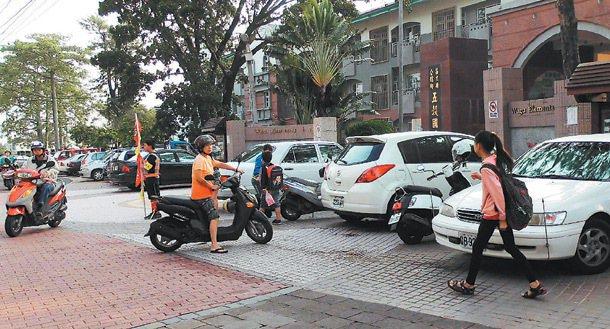 竹南國中打造寬敞通學步道,但偶有機車占用步道。 記者張裕珍/攝影