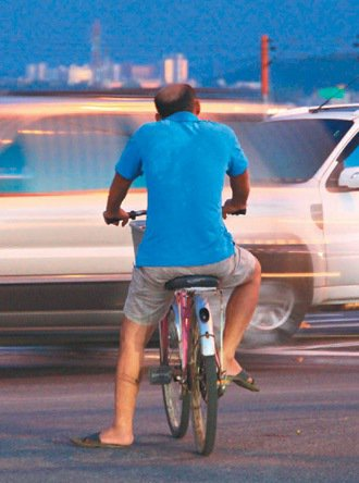 年長者不遵守交通號誌,強行通過馬路,常是交通肇事成因之一。  記者郭政芬/攝影