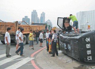 竹市埔頂慈濟一路車流量大、無紅綠燈,常發生砂石車意外,去年8月間就發生撞運鈔車,...