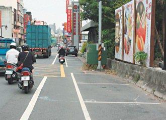 蘆竹鄉南崁路收費停車格,每當上班日早上7點後恢復收費,停車位常空蕩蕩。  記者曾...