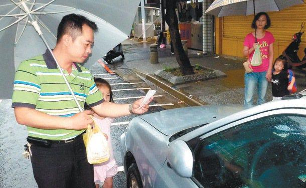 一對夫妻剛買了早餐準備送孩子上幼兒園,停在路邊停車格的車子卻被開單,仔細瞧發現7...