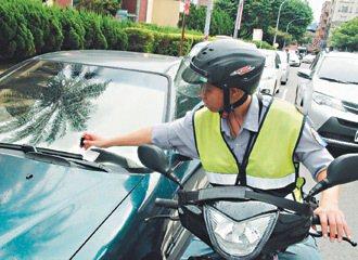 收費員從一大早7點多,就開始開停車繳費單。 記者游文寶/攝影