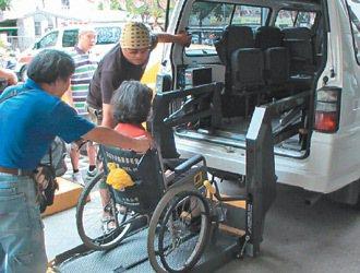 身障者只有就醫才能搭乘復康巴士。 記者邱瑞杰、游明煌]牟玉珮/專題攝影