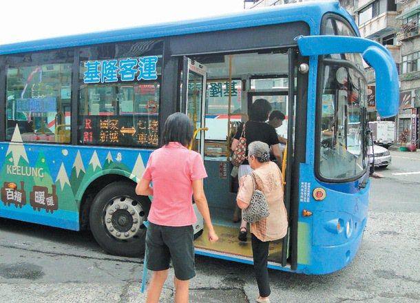 老人上下低地板公車方便多了。 記者邱瑞杰、游明煌、牟玉珮/專題攝影