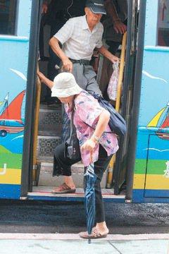 上公車要先爬三階,下公車又三階,對老人來說,極其吃力。 記者邱瑞杰、游明煌、牟玉...