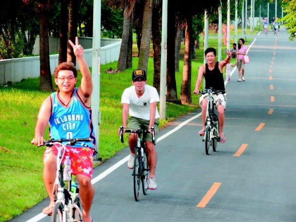 李逸翰(左起)、張松献、陳居亨是國中同學,有空便相約騎單車。 記者林昭彰攝/攝影