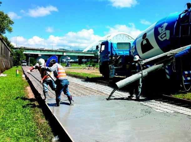 觀山河濱自行車道正進行拓寬工程。 圖╱北市府水利處提供
