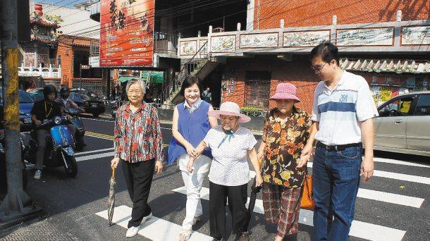 寶山鄉長范玉燕(左二)走上街頭,向鄉內年長者宣導交通號誌的重要性。 記者莊旻靜╱...
