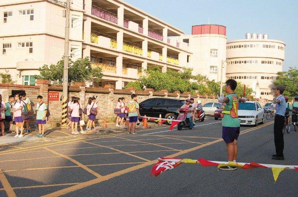 竹南鎮照南國中公教路側門將打造通學步道,校方在圍牆張貼公告禁止停車,但尖峰時刻還...