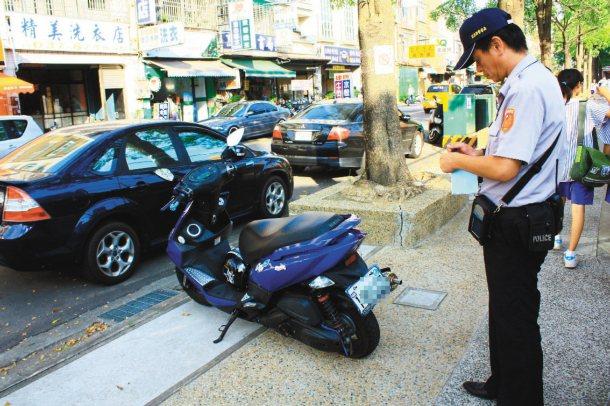 頭份警方昨天在建國國中周邊加強巡邏,對占用通學步道的機車開出勸導單,盼還給學生「...