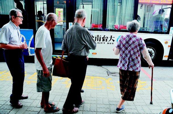 老人搭得累轉乘上下車造成行動不便的老人,視搭公車為畏途。 記者吳淑玲╱攝影