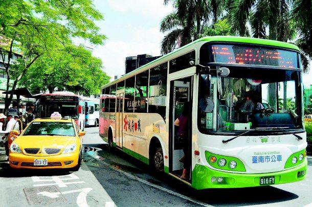 交通局將統計各路線運量,檢討該如何調整,部分地區增加班次或停靠點。 記者莊宗勳╱...