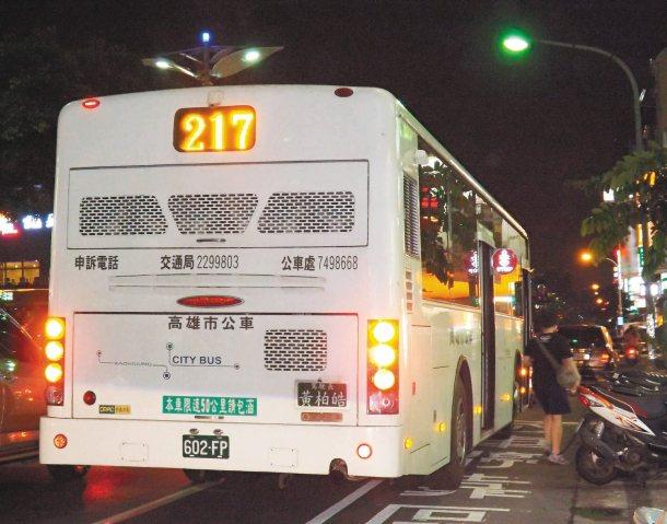 行經鳳山澄清路的這輛公車昨晚仍停在快慢車道間,違規載客。 記者高培德╱攝影