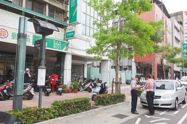 高雄市有些公車站牌附近就是郵局銀行,民眾圖方便停在停靠區,警方將加強取締。 記者...