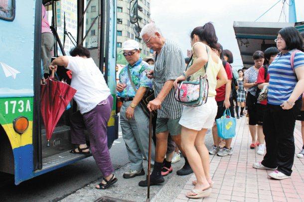 上公車要先爬3階,對老人而言,極其吃力。 記者牟玉珮╱攝影