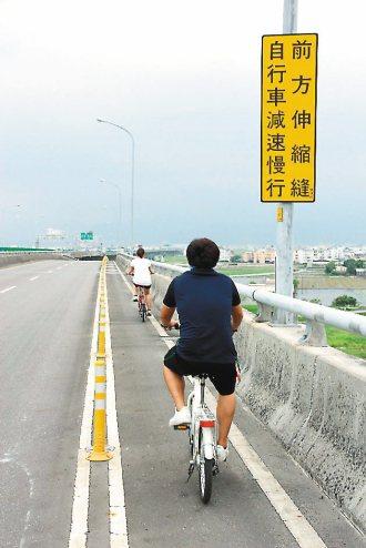國5側車道跨越橋梁的伸縮縫容易卡到自行車輪,公路總局設有警告牌,最近將會改善。 ...