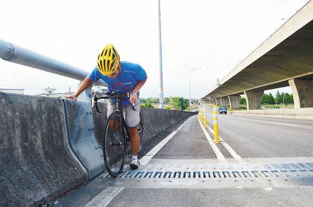 國道5號側車道橋梁的伸縮縫會「卡輪」,造成車友困擾。 記者廖雅欣╱攝影