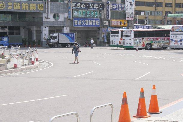 常有民眾「走捷徑」直接穿越馬路。 記者胡蓬生╱攝影