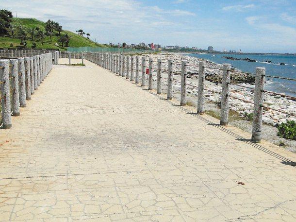 花蓮縣部分海岸線自行車道欠缺照明設施,車友期待改善。 記者范振和╱攝影
